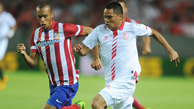 Bacca pugna con Miranda en el Sevilla-Atlético de la primera jornada del pasado curso 13-14