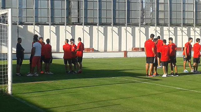 Los jugadores del Sevilla, en los instantes previos al choque ante la Roteña