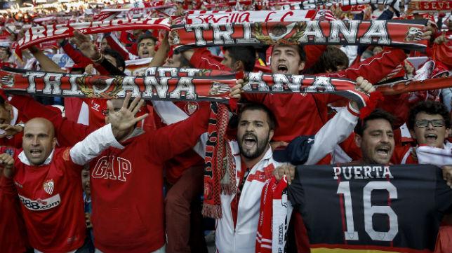 Los sevillistas, en las gradas del Cardiff Stadium hace dos años
