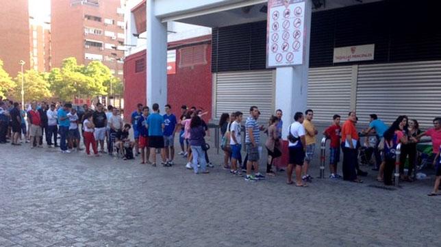 Colas en las taquillas del Sánchez-Pizjuán (FOTO: SFC)