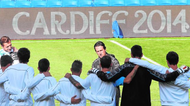 El grupo, abrazado, escucha las indicaciones de Emery en el Cardiff Stadium (Foto: J. M. Serrano)