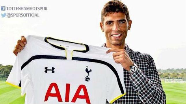 Fazio posa con la camiseta del Tottenham
