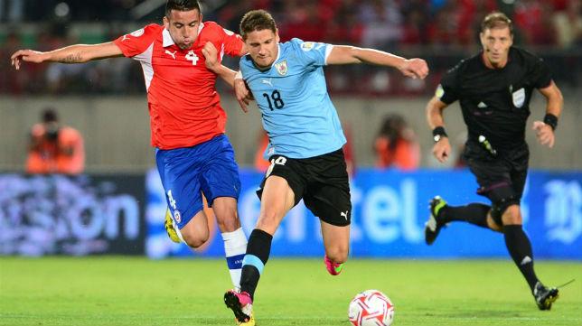 Gastón ramírez disputando un balón con la selección uruguaya