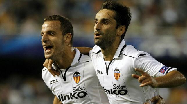 Jonas Gonçalves celebrando un gol junto a Soldado