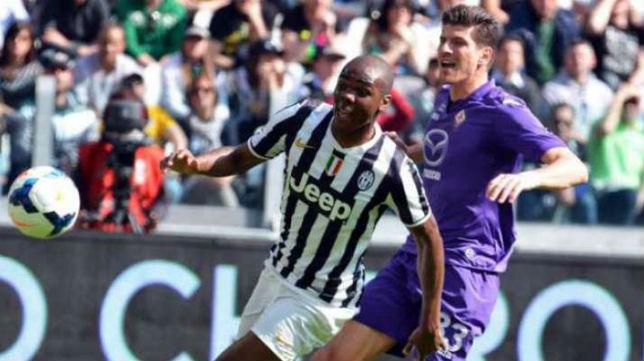 Ogbonna pugna por una pelota con Mario Gómez