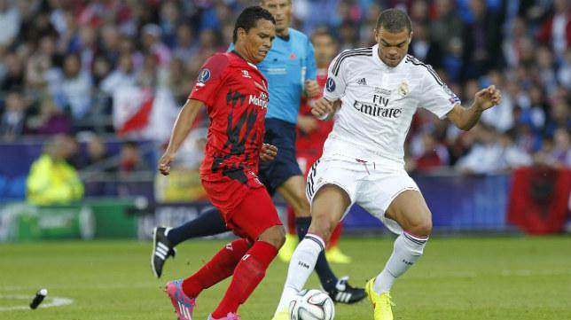 Bacca pugna por un balón con Pepe