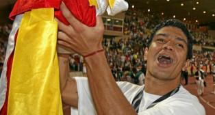 Renato celebra la Supercopa de Europa lograda ante el Barcelona