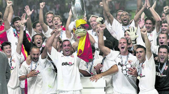 Los sevillistas celebran la Supercopa de Europa de 2006