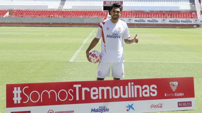 Benoit Tremoulinas en su presentación con el Sevilla FC
