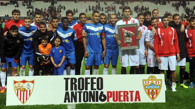 Sevilla y Almería posan juntos en el Trofeo Puerta del pasado año (FOTO: J.J. Úbeda)
