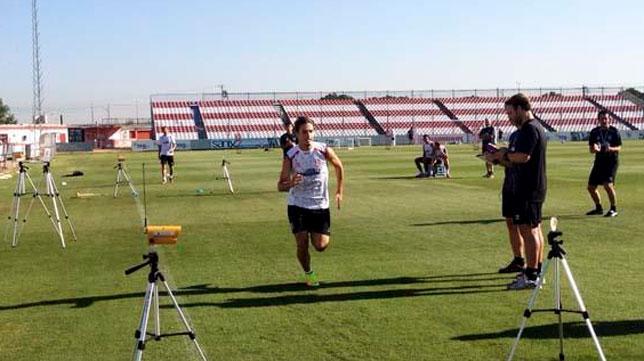 Los jugadores del Sevilla, haciendo hoy pruebas de velocidad (FOTO: SFC)