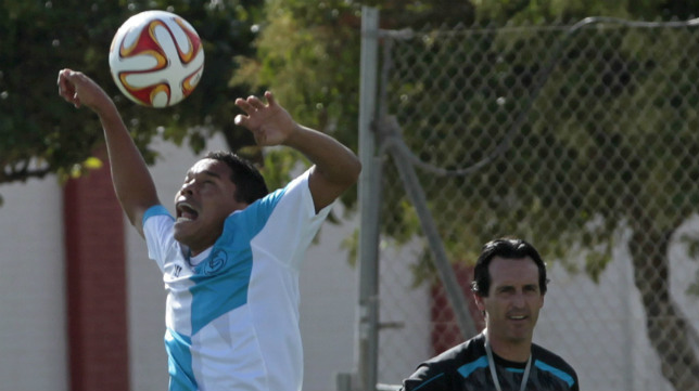 Bacca controla un balón en un entrenamiento ante la mirada de Emery