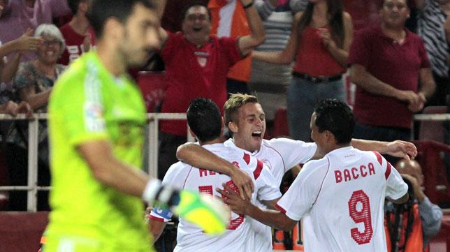 Deulofeu celebra un gol con Reyes y Bacca