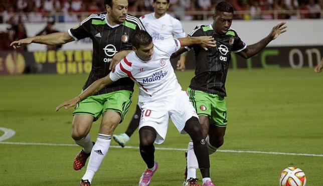 Reyes, presionado por dos jugadores del Feyenoord