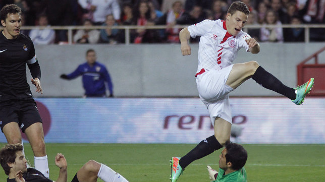 Gameiro salta sobre Bravo en el gol que supuso la victoria del Sevilla FC sobre la Real en la 13-14