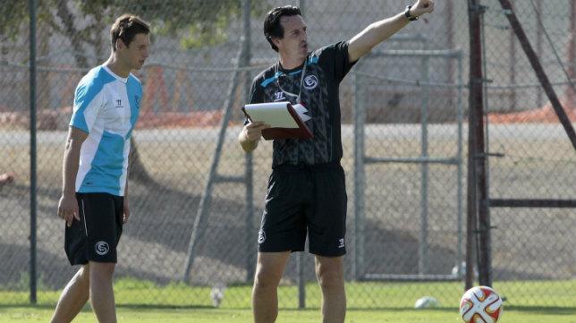 El polaco Krychowiak junto a Emery en una sesión de trabajo en la ciudad deportiva