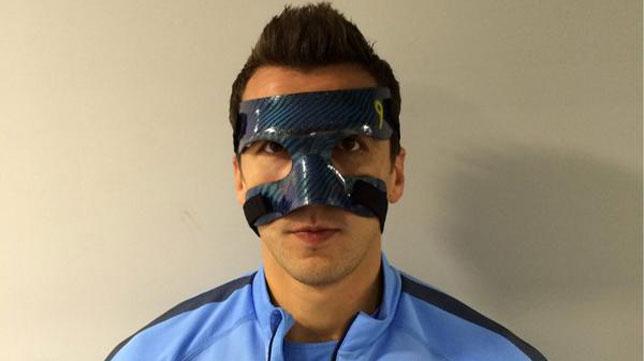 Mandzukic enseñó la máscara con la que jugará contra el Sevilla. FOTO: @MarioMandzukic9