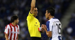 Martínez Munuera enseña una tarjeta