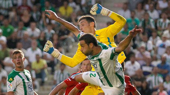 Sergio Rico, en una maraña de jugadores ante el Córdoba. FOTO: Valerio Merino