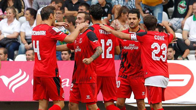 Los jugadores del Sevilla celebran uno de los goles anotados en Córdoba. FOTO: Valerio Merino