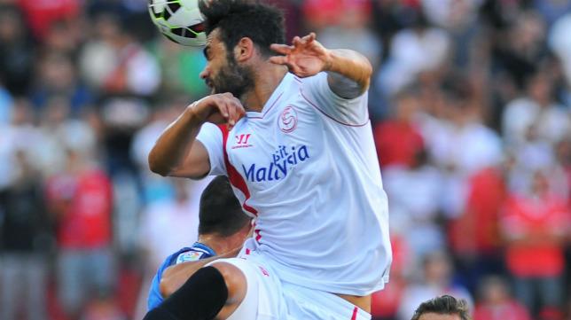 Iborra cabecea un balón durante el Sevilla-Getafe