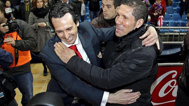 Diego Simeone y Unai Emery se saludan antes de un Atlético-Sevilla