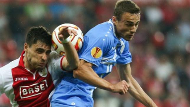 Teixeira, del Standard, lucha un balón con el jugador del Rijeka Kvržić