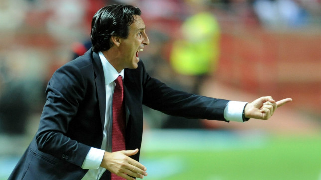 Emery da instrucciones a sus jugadores