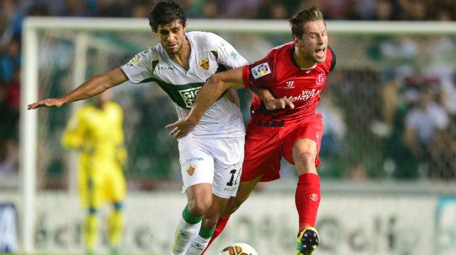 José Ángel disputa un balón con Krychowiak
