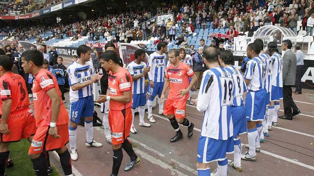 Los jugadores del Deportivo le hacen el pasillo al Sevilla