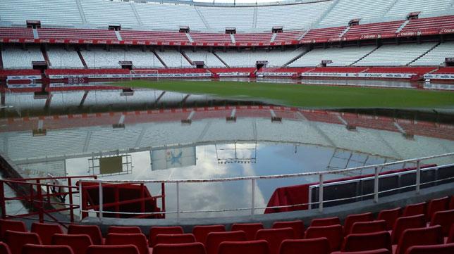 El césped del Sánchez-Pizjuán, inundado tras las intensas lluvias caídas en Sevilla capital