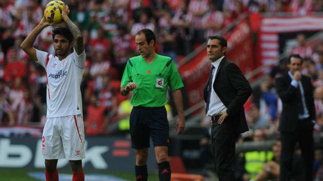 Tremoulinas se dispone a realizar un saque de banda ante la mirada de Valverde