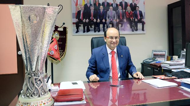 José Castro posa en su despacho con la UEFA Europa League ganada en Turín (FOTO: J. Spínola)