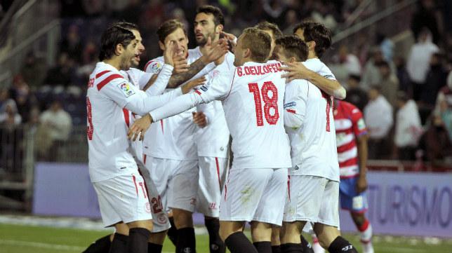 Los sevillistas felicitan a Gameiro por su gol al Granada en Los Cármenes