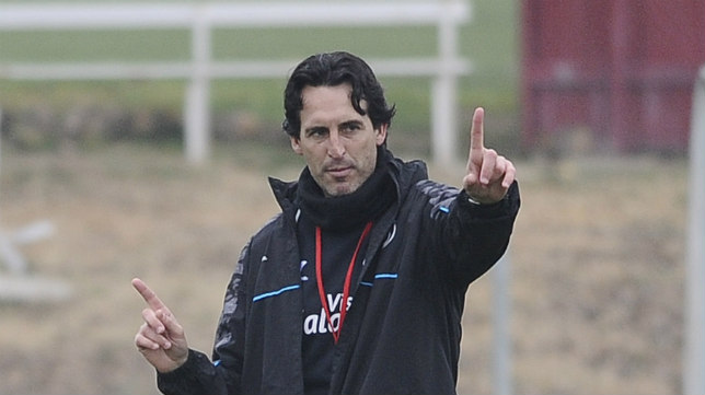 Emery da indicaciones durante un entrenamiento en la ciudad deportiva del Sevilla (Foto: J. Spínola)