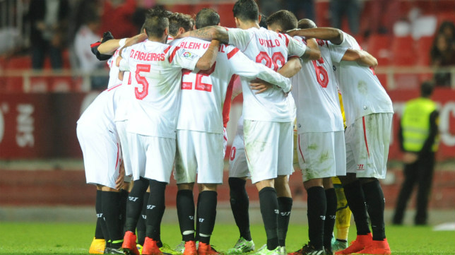Futbolistas del Sevilla FC se abrazan antes de un partido