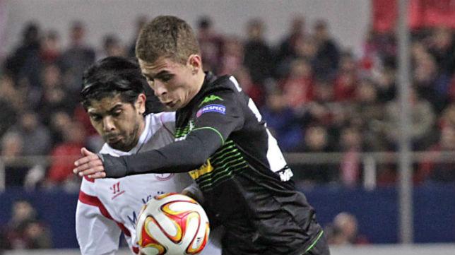 Thorgan Hazard pugna un balón con Banega en el Sevilla-Borussia Mönchengladbach