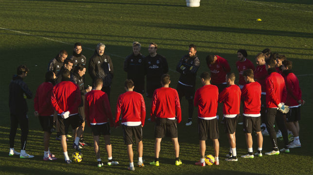 Emery, dando instrucciones a la plantilla del Sevilla (Foto: J. M. Serrano)