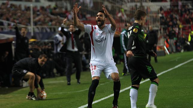 Iborra protesta en una acción del Sevilla FC-Borussia Mönchengladbach. Foto: Raúl Doblado
