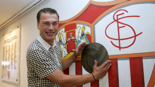 Polster posa con un balón y el escudo del Sevilla FC