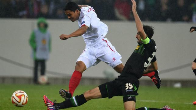 Bacca realiza un disparo ante la oposición de un jugador del Borussia Mönchengladbach