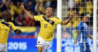 Carlos Bacca celebra un gol con la selección colombiana