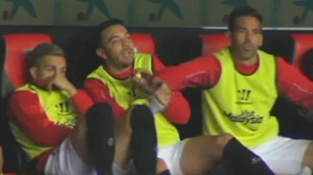 Fernando Navarro sujeta a Iago Aspas en el banquillo (Foto: Cuatro)
