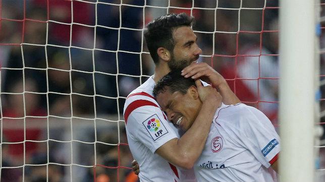 Bacca celebra con su compañero Vicente Iborra uno de sus goles ante el Elche