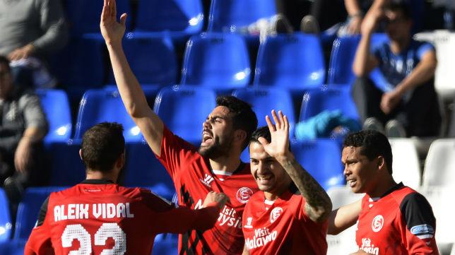 Los sevillistas celebran uno de sus cuatro goles al Dépor en Riazor