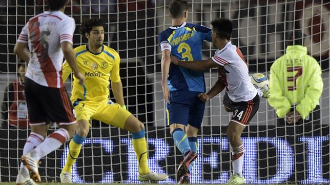 Momento en el que Kaprof hace de espuela el gol del River-Sevilla FC