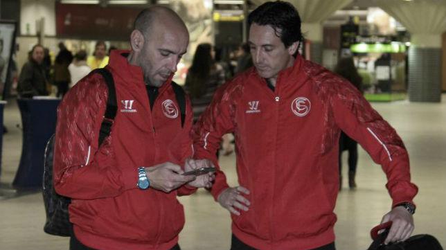 Monchi y Emery conversan anoche antes de viajar hasta tierras argentinas (FOTO: JUAN FLORES)