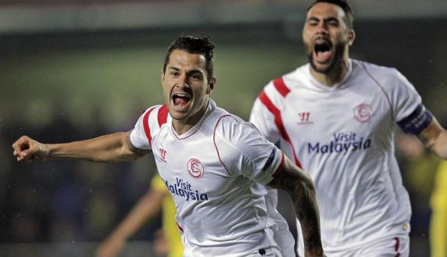 Vitolo e Iborra celebran el gol del Sevilla ante el Villarreal (FOTO: AFP)