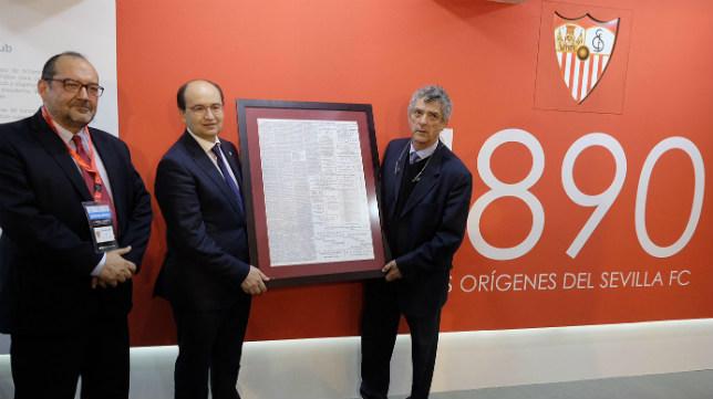 Carlos Romero, José Castro y Ángel María Villar, en la exposición la exposición «1890, el origen del Sevilla FC» (Foto: SFC)