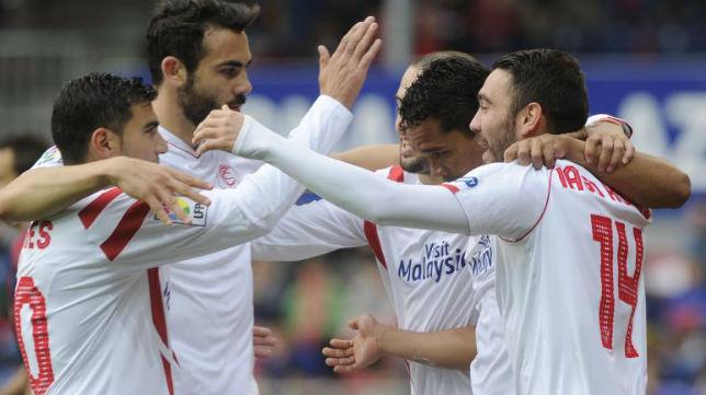 Los jugadores del Sevilla celebran uno de los goles (AFP)